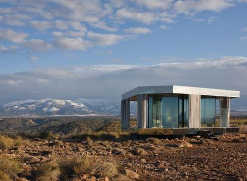 Une maison de verre en plein désert